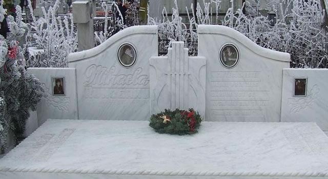 """Mihaela Runceanu a fost inmormantata pe 4 noiembrie 1989 la cimitirul """"Dumbrava"""" din Buzau, nu departe de celebrul grup statuar """"Rugaciunea"""" al lui Constantin Brancusi."""