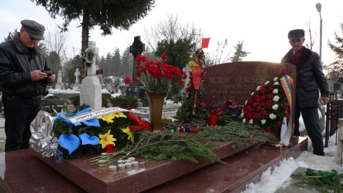 Nostalgici la mormântul Ceaușeștilor.